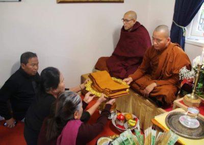 Ofring av munkekapper - Dhamma Sukha tempel