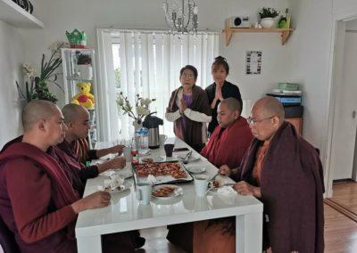 Munker inntar dagens siste måltid - Dhamma Sukha tempel