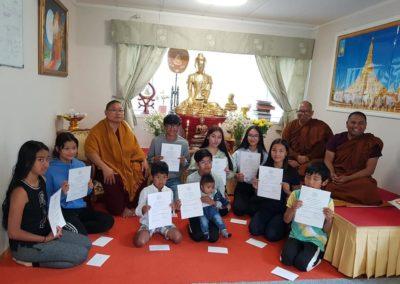Unge buddhister viser sine tegninger i Dhamma Sukha tempel