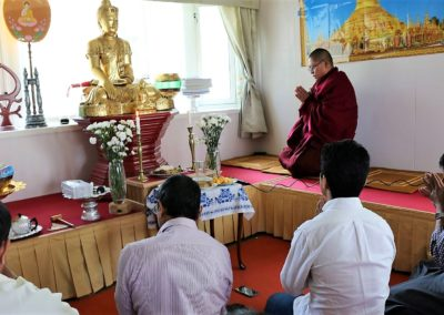 Buddha puja i Dhamma Sukha tempel