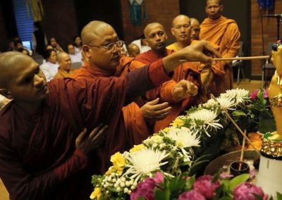 Vesak - munker fra mange land bader Buddha