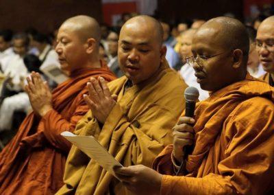 Vesak - munker fra thai- og vietnamesisk tempel leder resitasjon