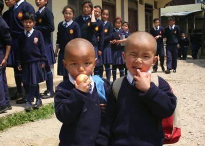 Skolebarn i India får hjelp av Karma Tashi Lings hjelpeorganisasjon Shenpen