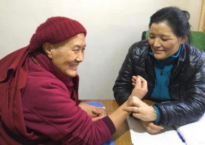 Nonner i India får hjelp til helsesjekk av Karma Tashi Lings hjelpeorganisasjon Shenpen