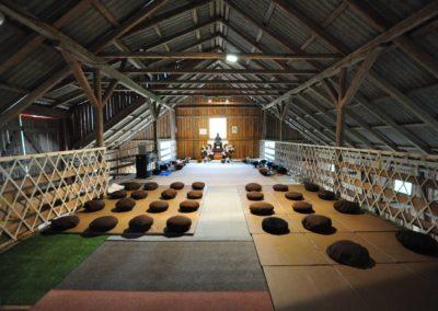 Meditasjonsputene ligger klar på Lokuttara vihara