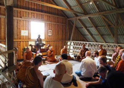 Munker og tilhørere i Lokuttara vihara (Skiptvet buddhistkloster)