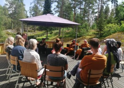 Samtale med besøkende på Lokuttara vihara