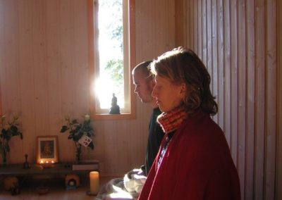 Fra retrett med fokus på meditasjon eller fordypning i tekster. Vennskap, eller det vi kaller sangha er alltid en viktig del av det vi gjør.