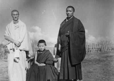 Sangharakshita som grunnla Triratna, med sine lærere Kachu Rimpoche og Sogyal Rimpoche