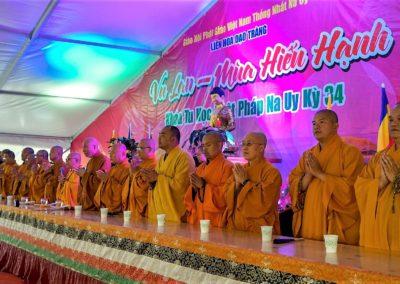Munker under feiring av Avalambana-høytiden i Lotus tempelet (Liên Hoa Đạo Tràng)