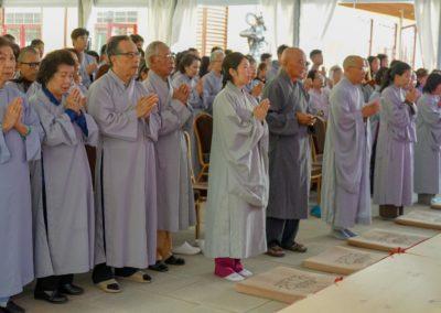 Lekfolk under feiring av Avalambana-høytiden i Lotus tempelet (Liên Hoa Đạo Tràng)