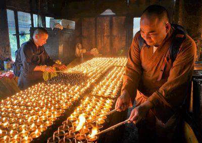 Thich Vien Ngo tenner ofringslamper i Bodh Gaya i India