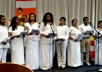 Norsk-srilankiske buddhister synger under vesak-feiring