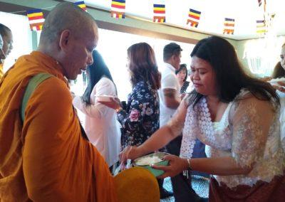 Khmer buddhistersenter i Lillesand - mat-ofring til munk