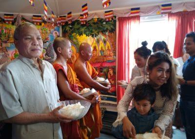 Khmer buddhistersenter i Lillesand - matofring til munkene