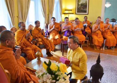 Thailands ambassadør tar imot munker fra Wat Thai Norway i ambassaden