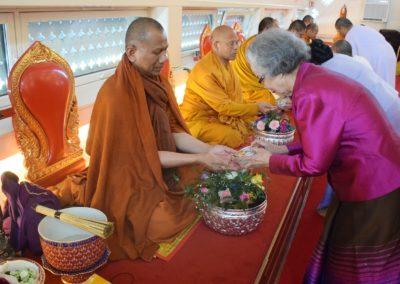 Abbed Phra Vimolsasanavides får vann over hendene under songkran-feiringen
