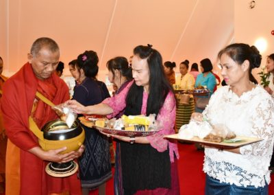 Almissegang i tempelet - abbed Phra Vimolsasanavides tar imot matgaver