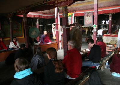 """Pilegrimmer fra KTL-sanghaen mediterer sammen i en """"gompa"""" (tibetansk kloster) nær Tso Moriri-sjøen i Ladakh, Nord-India"""