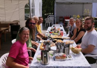 Deltagere på arbeidsretreat tar lunsjpause. 10 dagers samling for å vedlikeholde Karma Shedrup Ling retreatsenter