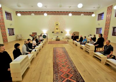 Meditasjon i tempelet på Karma Tashi Ling buddhistsenter
