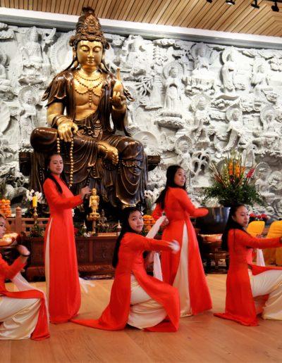 Opptreden foran statuen av Quan Te Am