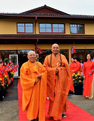 Øverste åndelig leder Thich Tri Minh (v) og abbed Thich Vien Ngo (h) foran tempelet