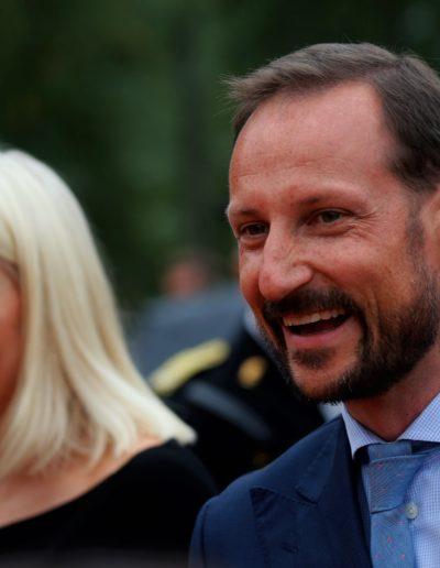 Kronprinsesse Mette-Marit og kronprins Haakon hilser buddhistene