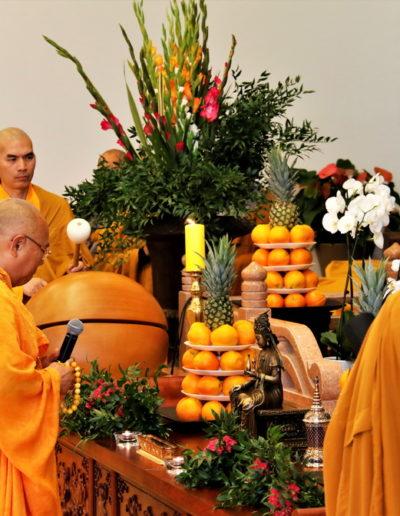 Øverste åndelig leder Thich Tri Minh leder resitasjonen av liturgien