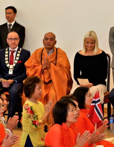 Kronprinsparet studerer Hjertesutra mens munkene resiterer liturgien