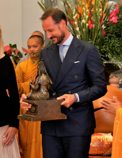 Kronprins Haakon får en statue av bodhisattvaen Quan Te Am