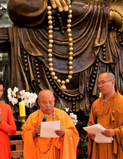Øverste åndelig leder Thich Tri Minh taler - Lyly Che (v), Thich Tri Minh (m) og Thich Vien Dung (h)
