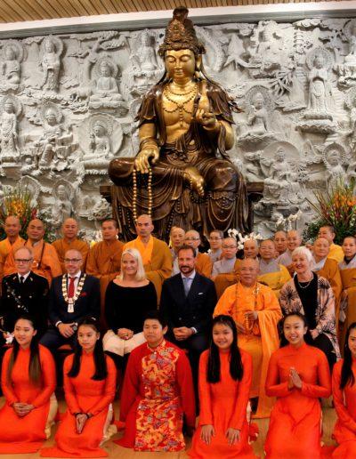 Gruppefoto foran alteret i Lotus tempelet