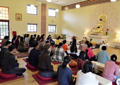 Medlemmer av Det norske Buddhadharma institutt  mediterer