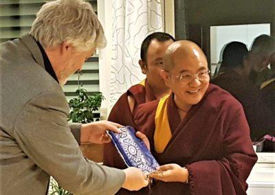 Buddhistforbundets forstander overrekker gave til Khenpo Sodargye