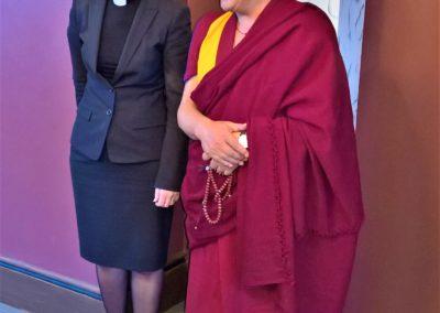 Khenpo Sodargye sammen med fungerende biskop i Oslo: Anne-May Grasaas