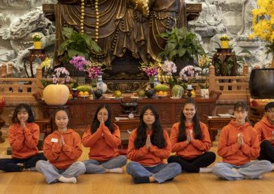 Konfirmantene i hallen i Lotus tempelet
