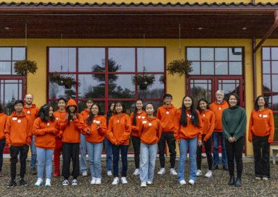 Konfirmantene (og lærerne) fikk oransje gensere