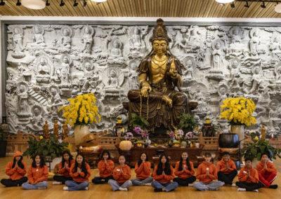 Konfirmanter samlet i tempelhallen i Lotus tempelet