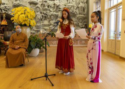 To av konfirmantene holder tale under seremonien