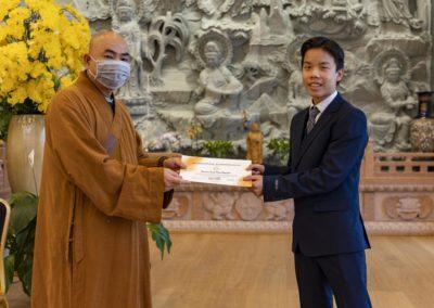 Abbed Thich Vien Ngo overrekker kursbevis