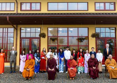 Konfirmantene samlet med sine lærere og munker fra fem templer